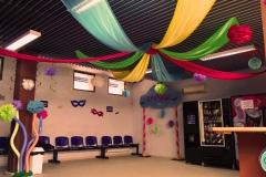 Decoración de carnaval en recepción de la piscina municipal